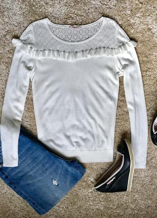 Молочный свитерок с рюшами camaieu