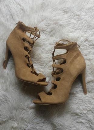 Актуальные босоножки на шнуровке