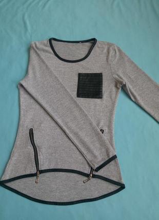 Кофта- светер сірого кольору з замочками і шкіряними вставками