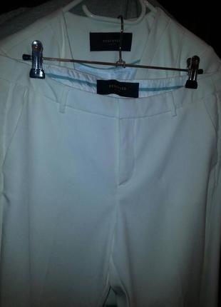 Стильный белый брючный костюм
