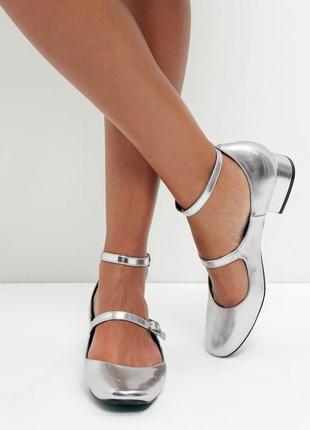 Новые стильные туфли металлик new look серебристые балетки на каблучке с ремешками