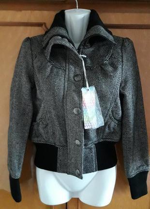 Классная куртка на молнии и кнопках бренда denim co