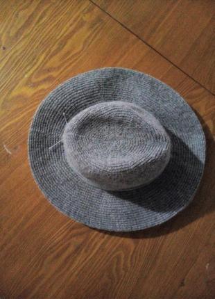 Стильний капелюшок сірого кольору