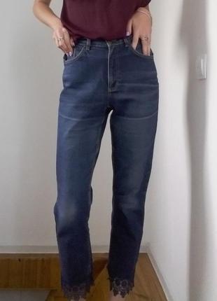 Мом-джинсы с кружевом снизу