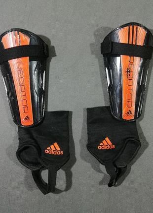 Футбольные щитки adidas predator