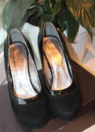 Шикарные замшевые туфли со вставками из лакированной кожи