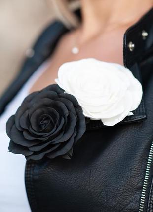 Заколка-брошь, белая-черная роза.