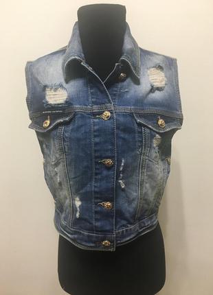 Модная , фирменная , джинсовая жилетка