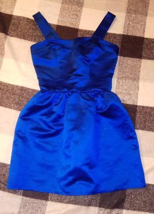 Розкішне атласне плаття насиченого кольору