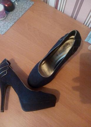 Новые замшевые туфли 40 р