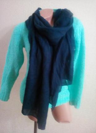 Темно-синий шарф-палантин с перфорационными полосами.