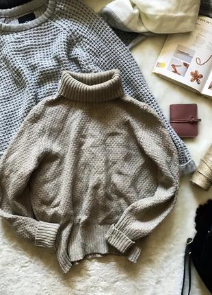 Тёплый объёмный свитер с горловиной
