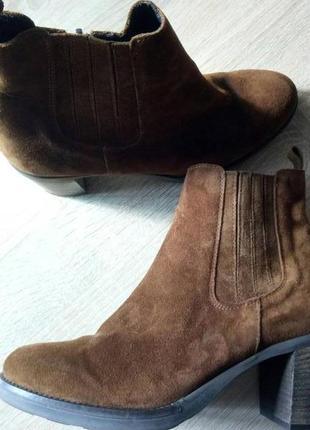 Замшевые ботинки на толстом и удобном каблуке