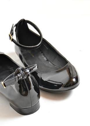 Черные лаковые туфли на низком каблучке
