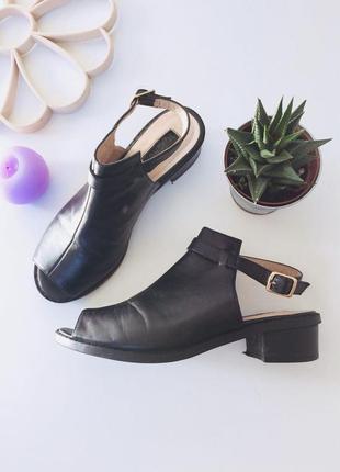 Стильные босоножки на низком каблуке с ремешком на щиколотке