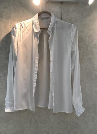 Белая рубашка с камнями на воротнике