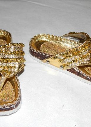 Золотистые нарядные шлепанцы-вьетнамки с блестками и бусинками. размер 23.