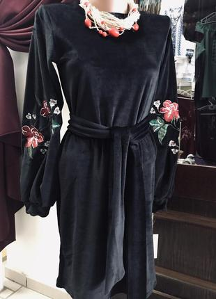 Стильное бархатное платье с вышивкой есть размер с, м