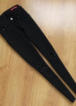 Скинни черные однотонные плотные джинсы узкие рваные колени демисезонные