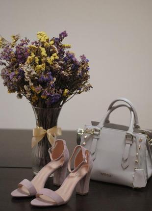 Чудесные замшевые босоножки пудрового цвета на устойчивом каблуке