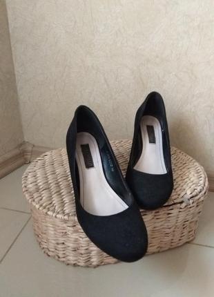 Красивые замшевые туфли на платформе