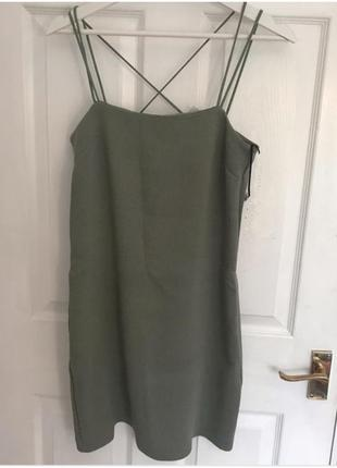 Силуэтное платье в рубчик с переплетом по спине