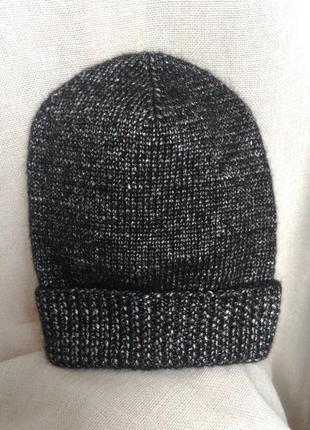 Черная шапка с серым отливом