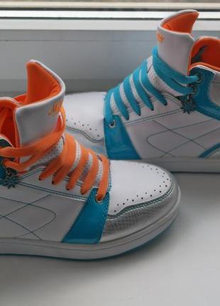 Яркие кроссовки сникерсы