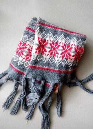 Уютный зимний вязаный шарф серый шарфик с красным узором