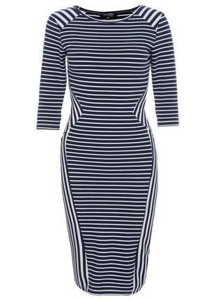 Приталенное, стильное платье с рукавом 3/4.