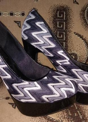 Эффектные туфли на высоком каблуке.
