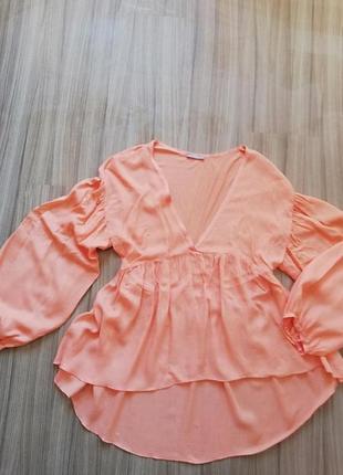 Персиковая блуза zara с красивыми рукавами.