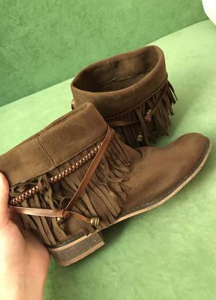 Стильные демисезонные ботинки с бахромой