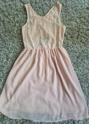 Персикова сукня з дуже оригінальною спинкою та мереживом, платье