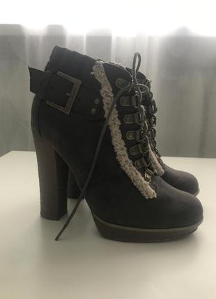Стильные ботинки на каблуке со шнуровкой размер 36