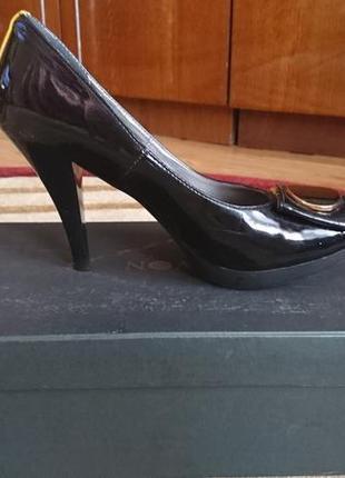 Черные лаковые туфельки  с золотистой пряжкой
