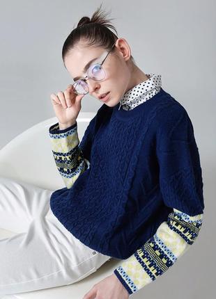 Стильный свитер c воротничком.