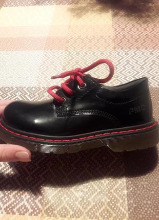 Стильні туфельки для дівчинки.