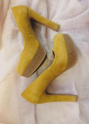 Замшевые базовые горчичные туфли. замшеві туфлі