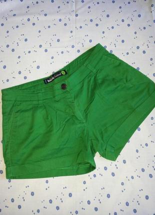Короткие шорты сочно-зеленого цвета