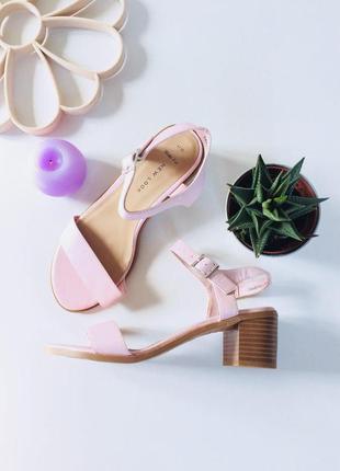 Милые босоножки на среднем устойчивом каблуке с ремешком на щиколотке