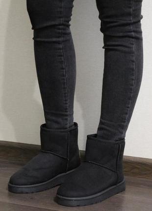 Мягкие и удобные женские черные короткие угги (ботинки)