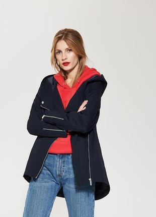 Легкая демисезонная куртка с большим капбшоном
