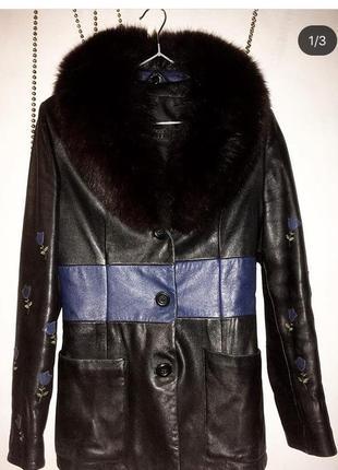 Женское кожаное пальто с красивым мехом