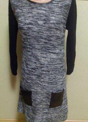 Красивое теплое платье свитер с кожаной отделкой и серебряной нитью
