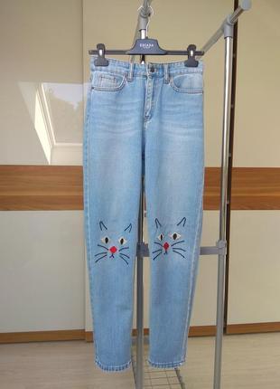Олдскульные светлые джинсы мом с нашивкою котиков от monki