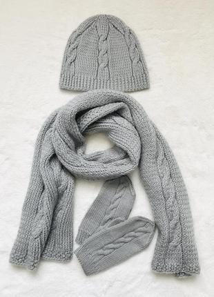 Вязаный зимний серый комплект шапка шарф и рукавицы