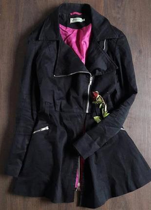 Легкое пальто -тренч с баской ,крой под косуху