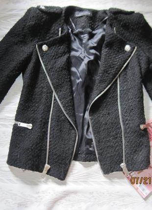 Черный приталенный пиджак- косуха на молнии с красивыми пуговицами. zara