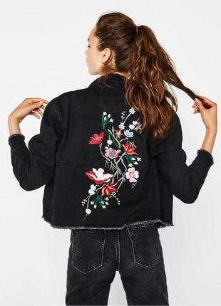 Джинсовая молодежная  куртка с вышивкой bershka premium